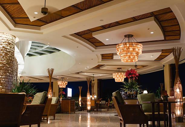 nacht szene der lobby-bar im tropischen resort - club sofa stock-fotos und bilder