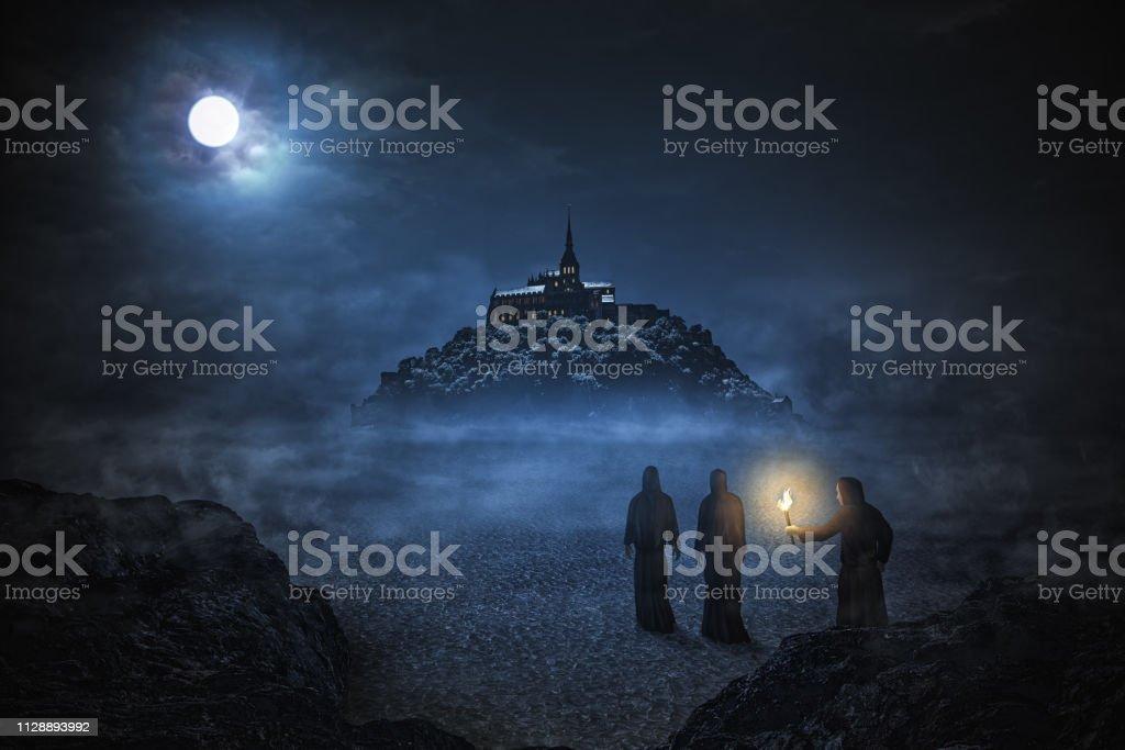 Cena noturna com Saint Michel - foto de acervo