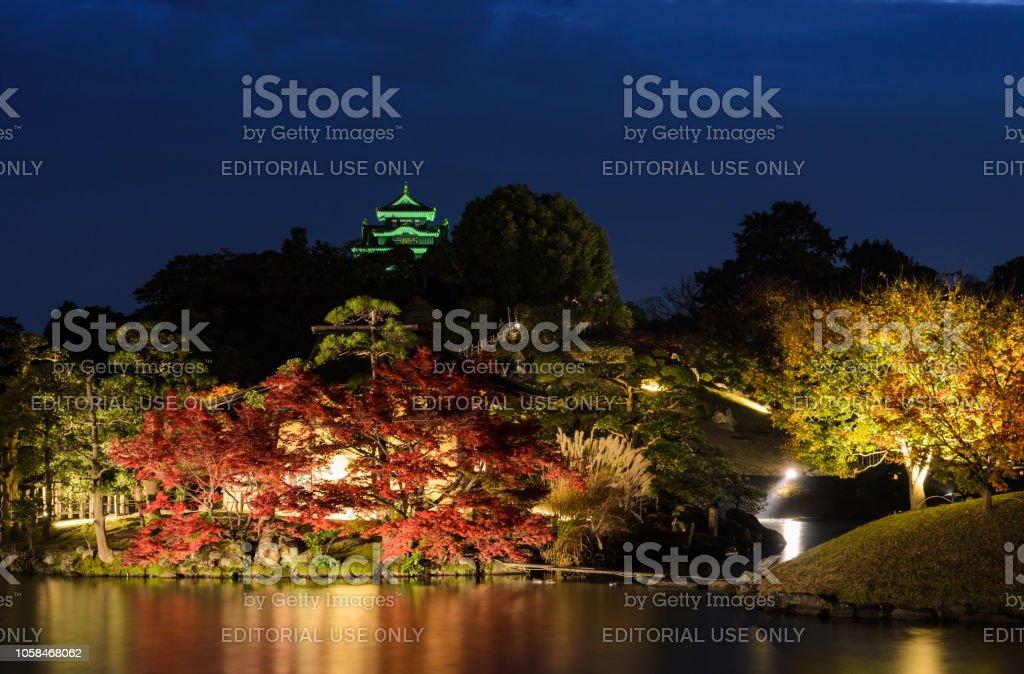 Nachtlandschaft Korakuen-Garten in Okayama, Japan – Foto