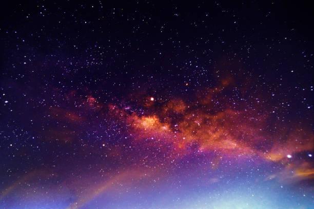 夜景與五顏六色和淡黃色的銀河充滿星星在天空中的夏天美麗的宇宙空間背景 - 星系 個照片及圖片檔