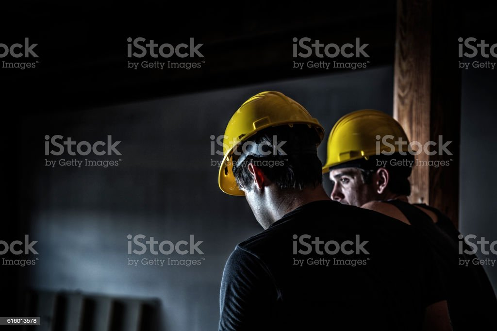 Night Shift Construction Workers Talking During Rest Break – Foto