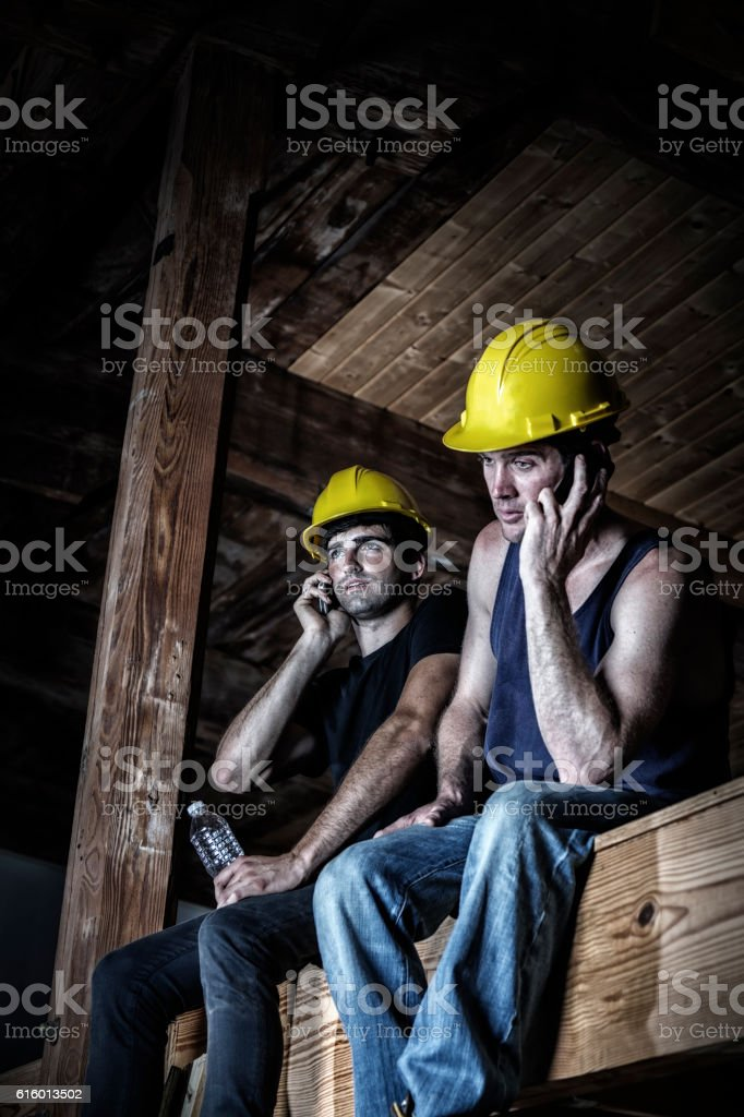 Night Shift Construction Workers Talking On Cell Phones During Break – Foto