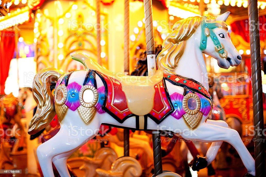 Fotografia noturna de um cavalo branco do carrossel's foto royalty-free