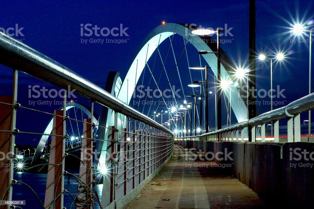 Foto noturna de JK ponte da passarela em Brasília foto royalty-free