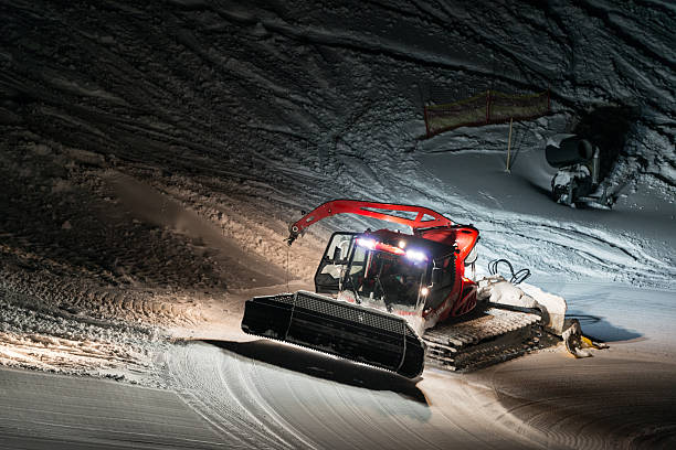 Nachtaufnahme von red snow groomer Arbeiten in Österreich – Foto