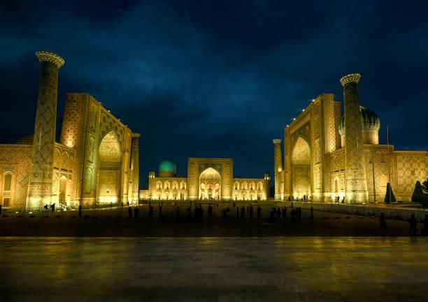 nacht shot van registan square, samarkand, historische zijderoute, oezbekistan - karavanserai stockfoto's en -beelden