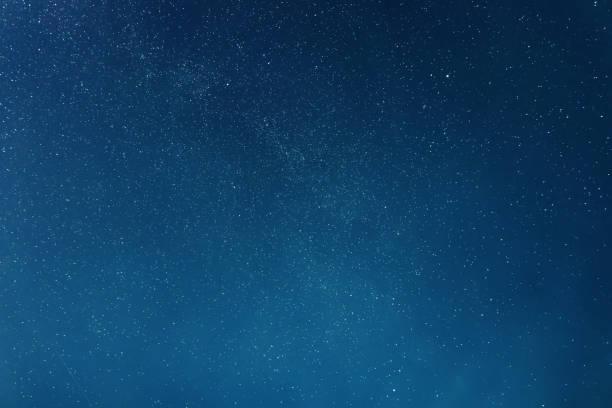 星空和雲彩的夜空背景 - 夜晚 個照片及圖片檔