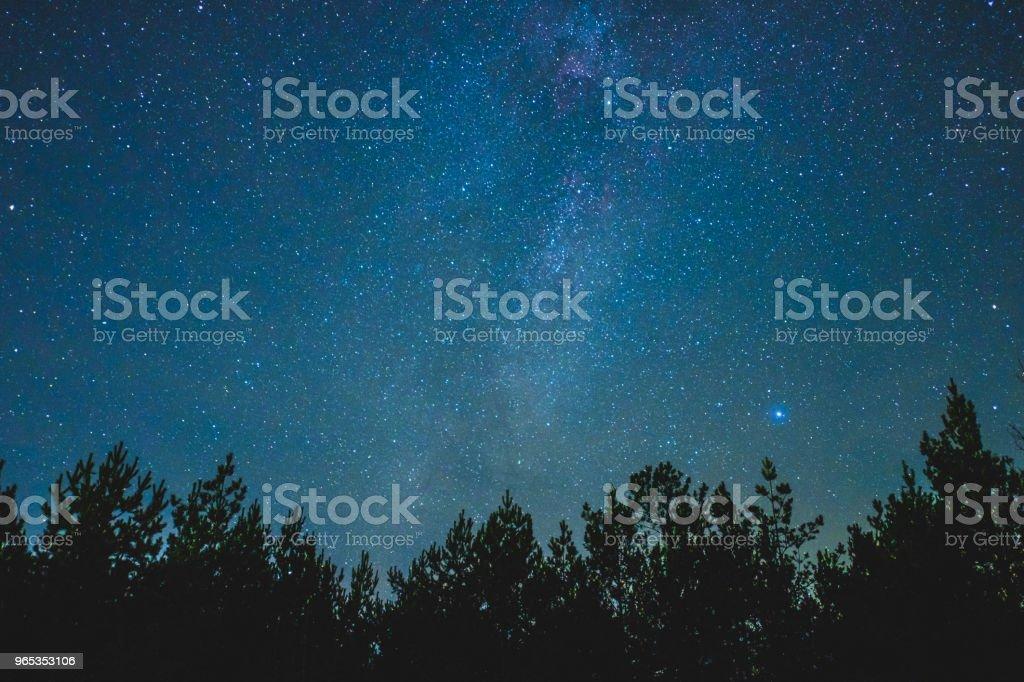 Nocne niebo nad wiejskim krajobrazem. - Zbiór zdjęć royalty-free (Miejsce na tekst)