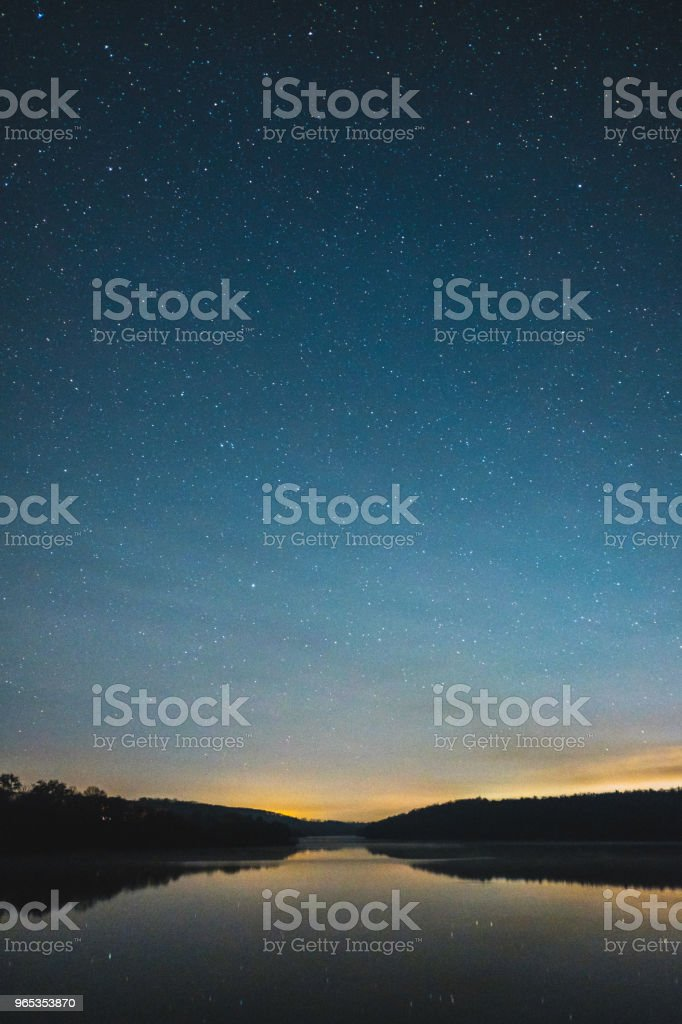 Nachthimmel über ländliche Landschaft. – Foto