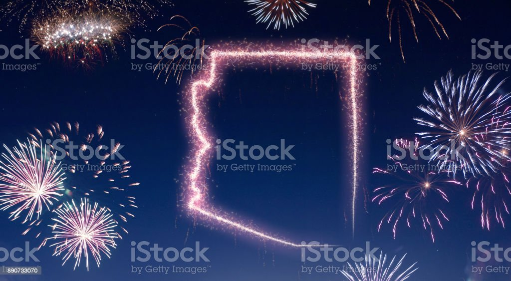 Céu noturno com fogos de artifício em forma de Arizona. (série) - foto de acervo