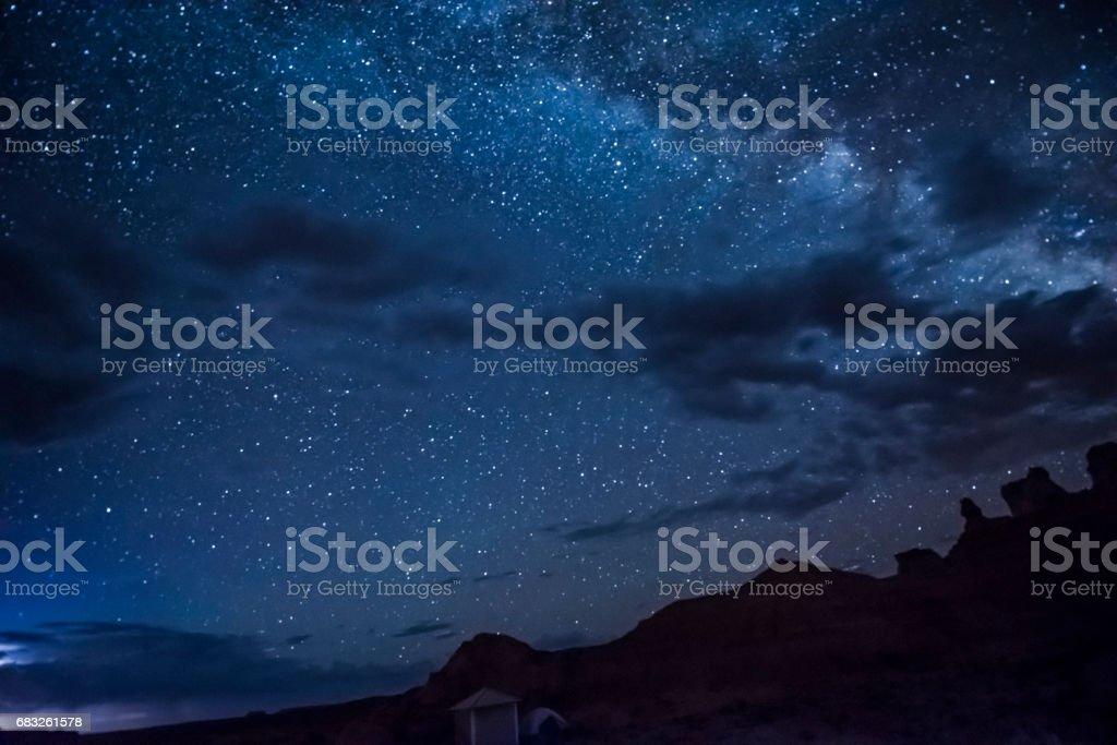 夜晚的天空,與銀河、 雲、 峽谷和露營地 免版稅 stock photo