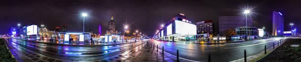 Natt skyline i Warszawa bildbanksfoto