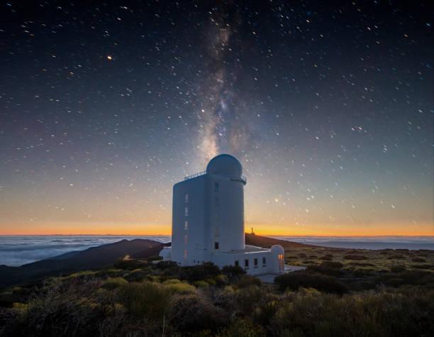 夜は、星空の上空でテネリフェ島テイデ火山国立公園の天文台 - 観測所 ストックフォトと画像