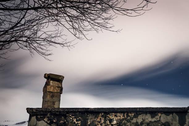 sternenklaren nachthimmel unter einem schleier der weißen rauchigen wolken - traumscheune stock-fotos und bilder