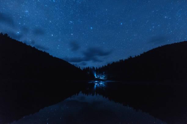 Sternenklaren Nachthimmel mit viele glänzende Sterne während der Perseiden Meteorschauer über die alpinen See Synevyr in Karpaten – Foto