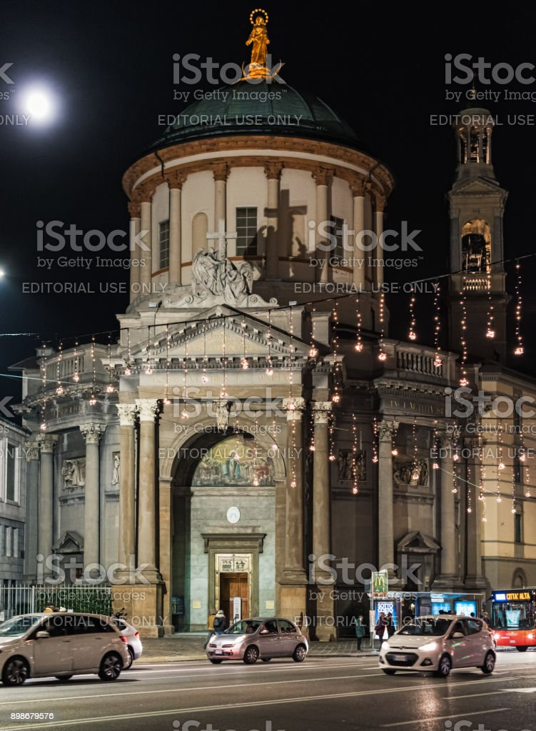 Calle de la noche de la ciudad de Bérgamo con la iluminación de Navidad y vieja iglesia en un fondo - foto de stock