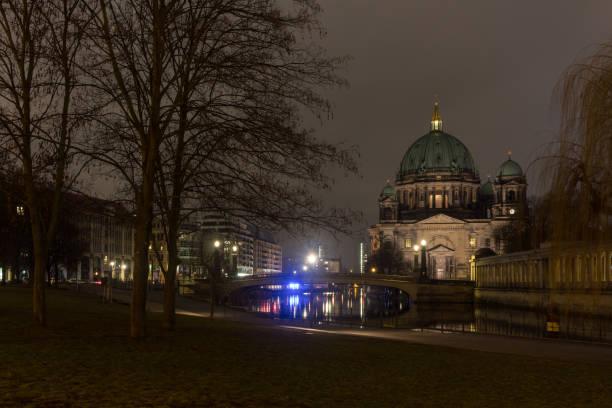 nacht-zeit-foto vom berliner dom, erschossen von der museumsinsel und einschließlich der spree - brücke museum berlin stock-fotos und bilder