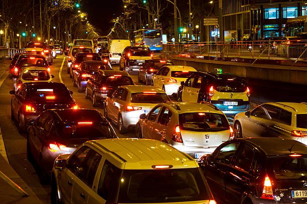 night traffic in plaza espana square in barcelona - carlosanchezpereyra fotografías e imágenes de stock