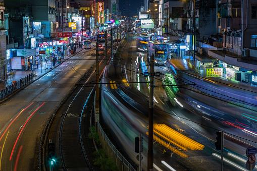 Night Train Through Town At Night - zdjęcia stockowe i więcej obrazów Architektura