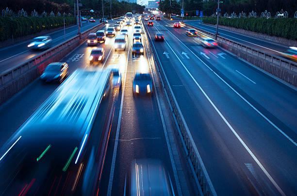 Verkehr in der Stadt bei Nacht – Foto