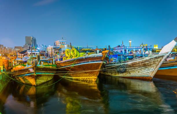 vue de nuit d'un port de dhow à dubaï, émirats arabes unis - cage animal nuit photos et images de collection