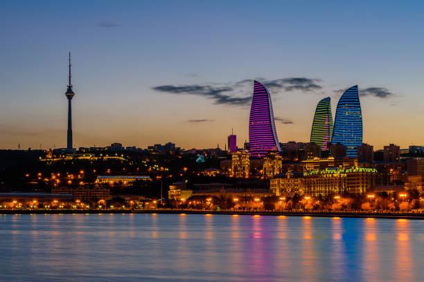Nächtliche Aussicht auf Baku – Foto