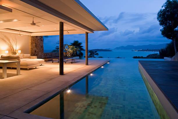 nacht blick auf die wunderschöne villa auf der insel - hotel in den bergen stock-fotos und bilder