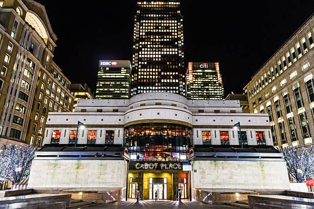 nacht von cabot square, canary wharf, entwicklung, london, gb - morgan stanley stock-fotos und bilder