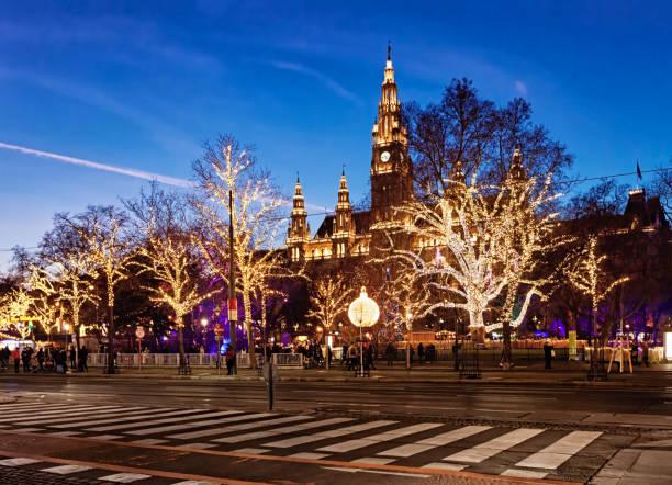 Nachtansicht der Christkindlmarkt am Rathausplatz in Wien. – Foto