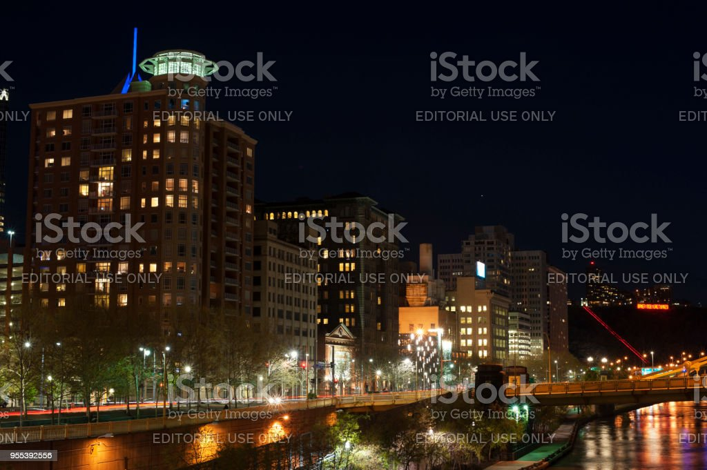 Night view of downtown Pittsburgh - Zbiór zdjęć royalty-free (Architektura)