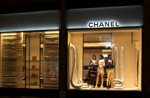 nachtansicht des berühmten französischen, luxus, high-end-brand-store in frankfurt am main. - ausstellungen frankfurt stock-fotos und bilder