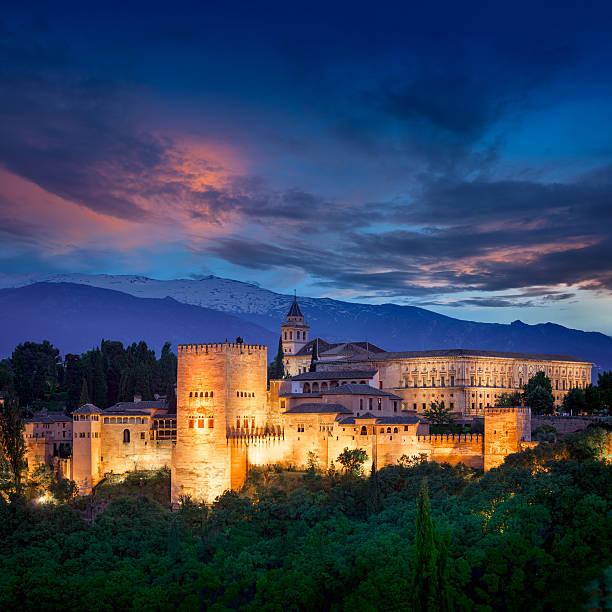 夜のアルの眺めファンタスティックルーム、ヨーロッパ旅行のランドマーク。 - アルハンブラ ストックフォトと画像