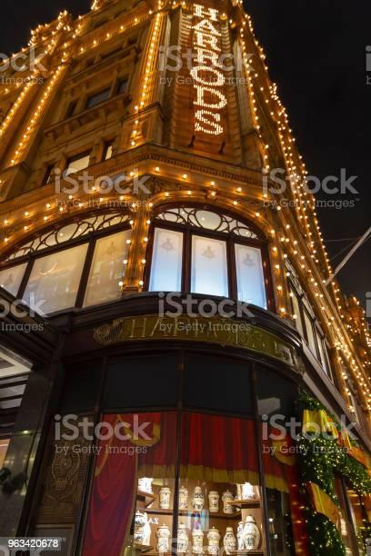 Nocny Widok Na Harrods W Brompton Road - zdjęcia stockowe i więcej obrazów Anglia