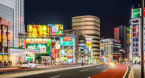Nachtansicht des JR Shinjuku station mit Menge Menschen und Verkehr in Tokio, Japan. Er ist der weltweit verkehrsreichsten Verkehrsknotenpunkt – Foto