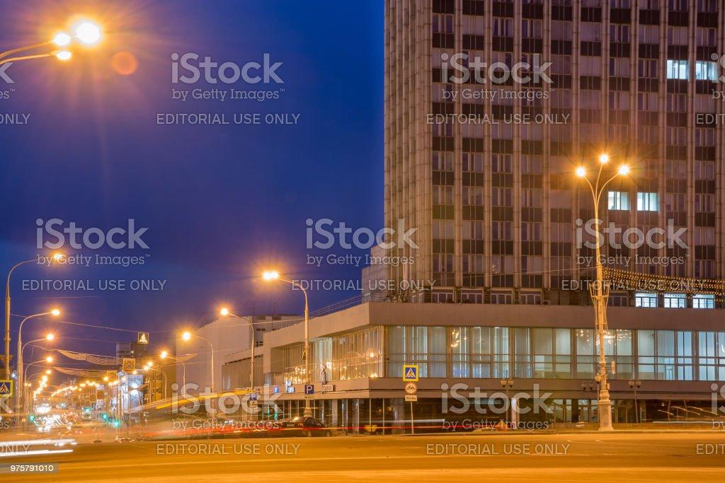 Nachtansicht der Lenin Avenue im zentralen Teil von Gomel - Lizenzfrei Außenaufnahme von Gebäuden Stock-Foto