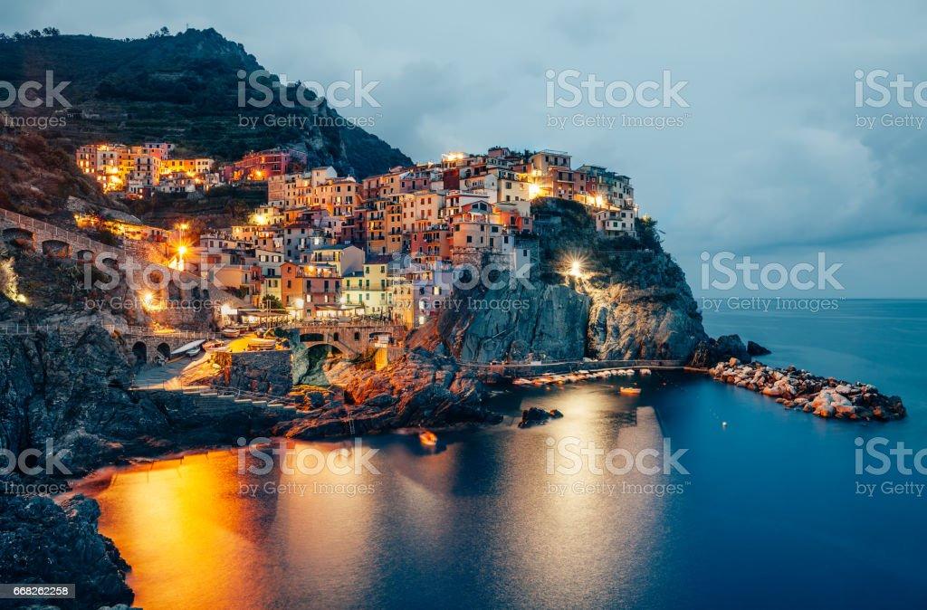Night view of Manarola fishing village in Cinque Terre, Italy foto stock royalty-free