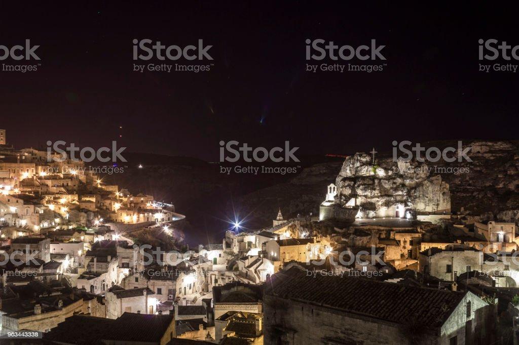 Gece görünümü Matera şehrin, UNESCO Dünya Miras Listesi - Royalty-free Aydınlatılmış Stok görsel