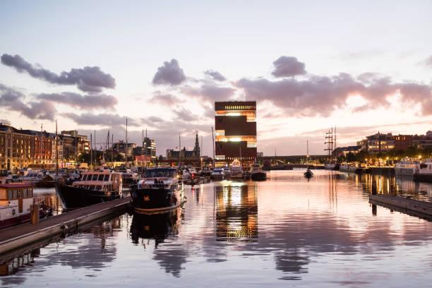 Nachtansicht des modernen Eilandje-Gebiets und Hafens in Antwerpen, Belgien – Foto