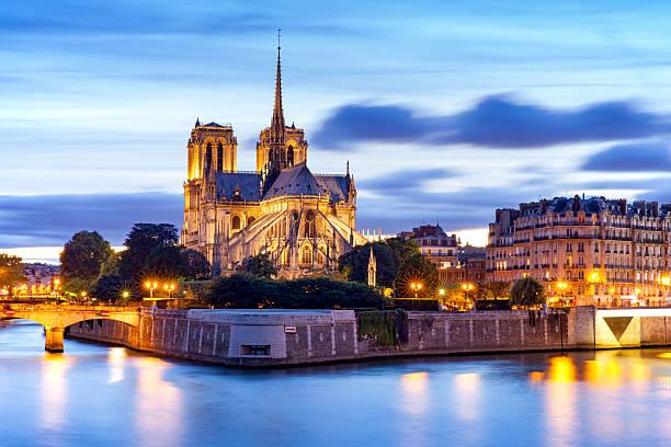 blick bei nacht von notre-dame de paris kathedrale - kathedrale von notre dame stock-fotos und bilder