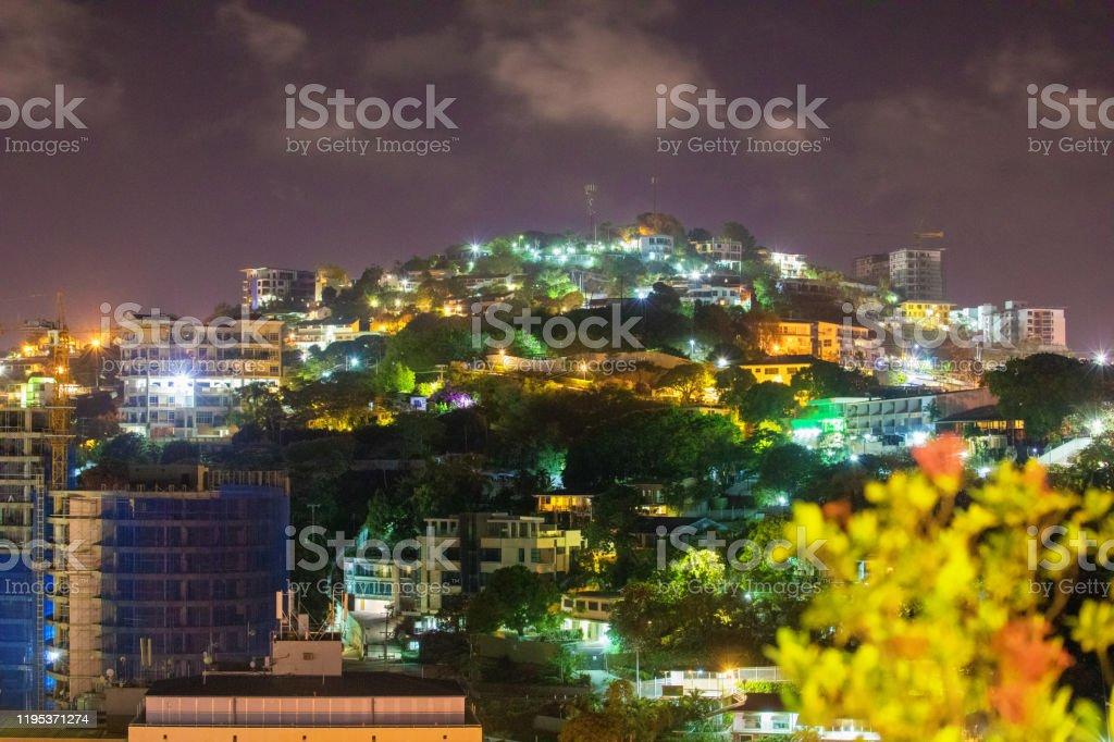 Nachtzicht van Port Moresby, Papoea-Nieuw-Guinea - Royalty-free Avondschemering Stockfoto