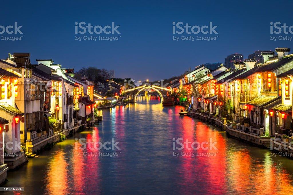 Nachtansicht des Qingming-Brücke in Wuxi, China. – Foto