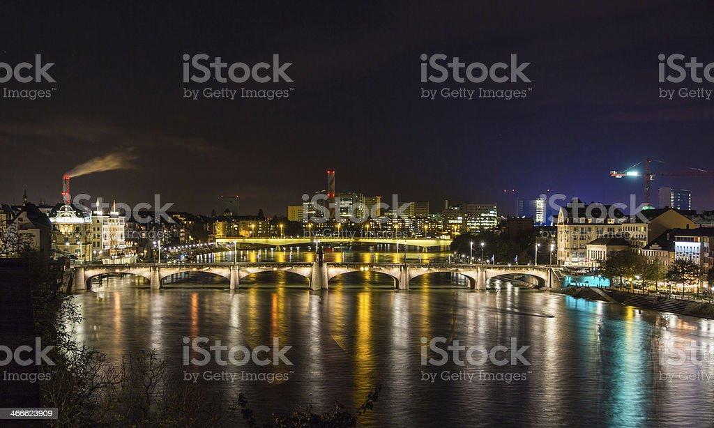 Nacht Blick auf den Rhein Ufer in Basel, Schweiz – Foto