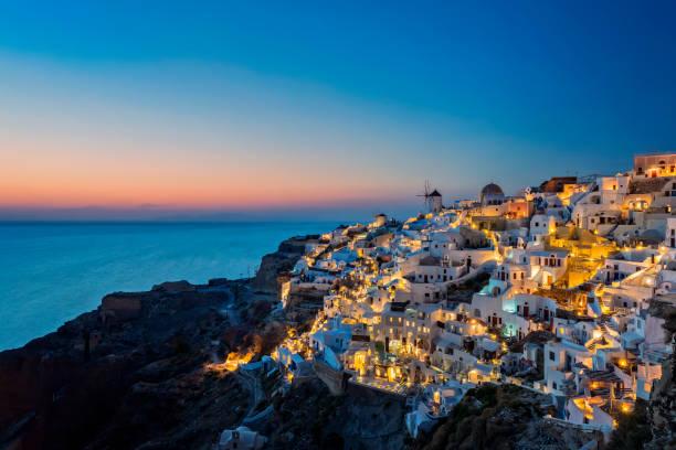 nachtansicht der insel santorini, oia - griechenland - fira stock-fotos und bilder