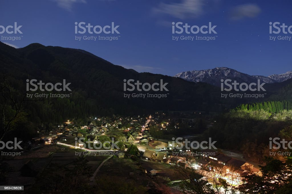 Vue de la nuit des Villages historiques de Shirakawa-Go - Photo de Champ libre de droits