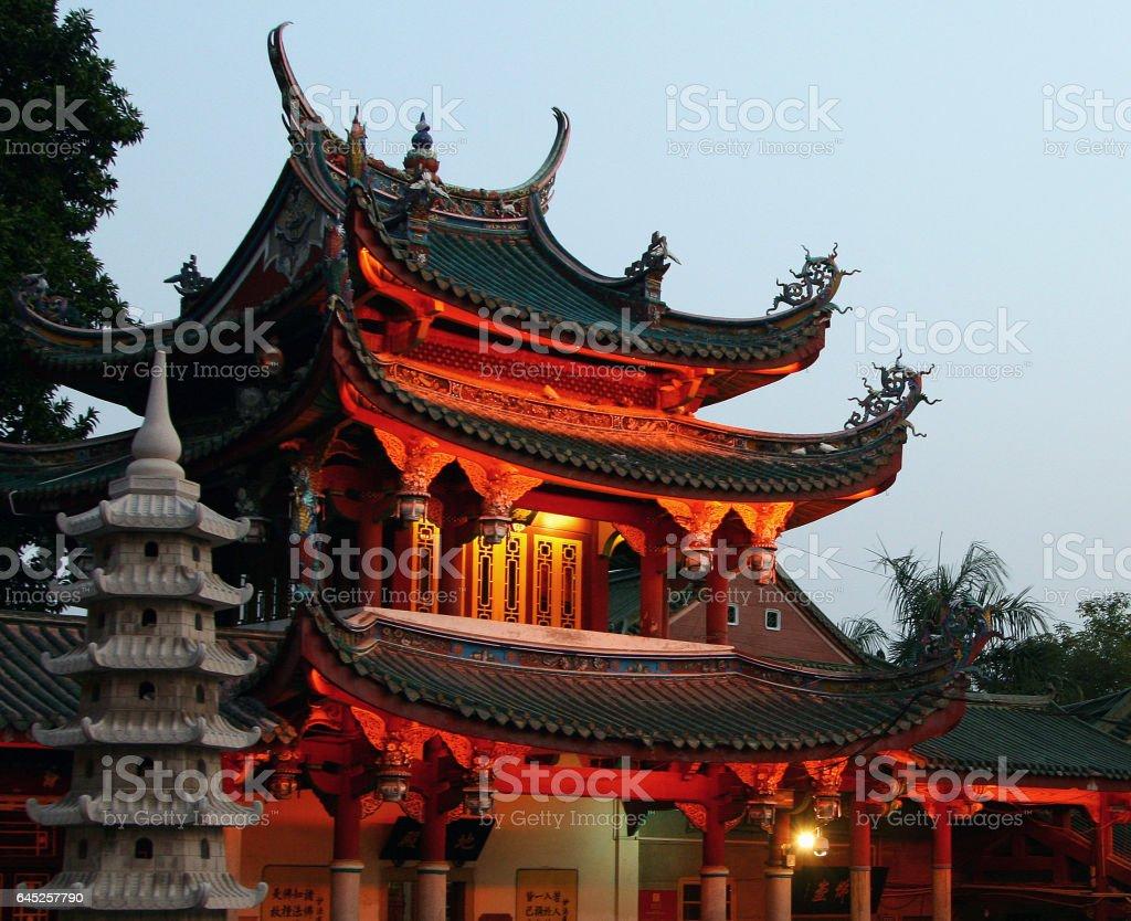 XIAMEN, FUJIAN PROVINCE, CHINA - OCT 30, 2009: Night view of South Putuo Temple (Nanputuo), famous Buddhist temple founded in Tang Dynasty, Xiamen, Fujian province, China foto