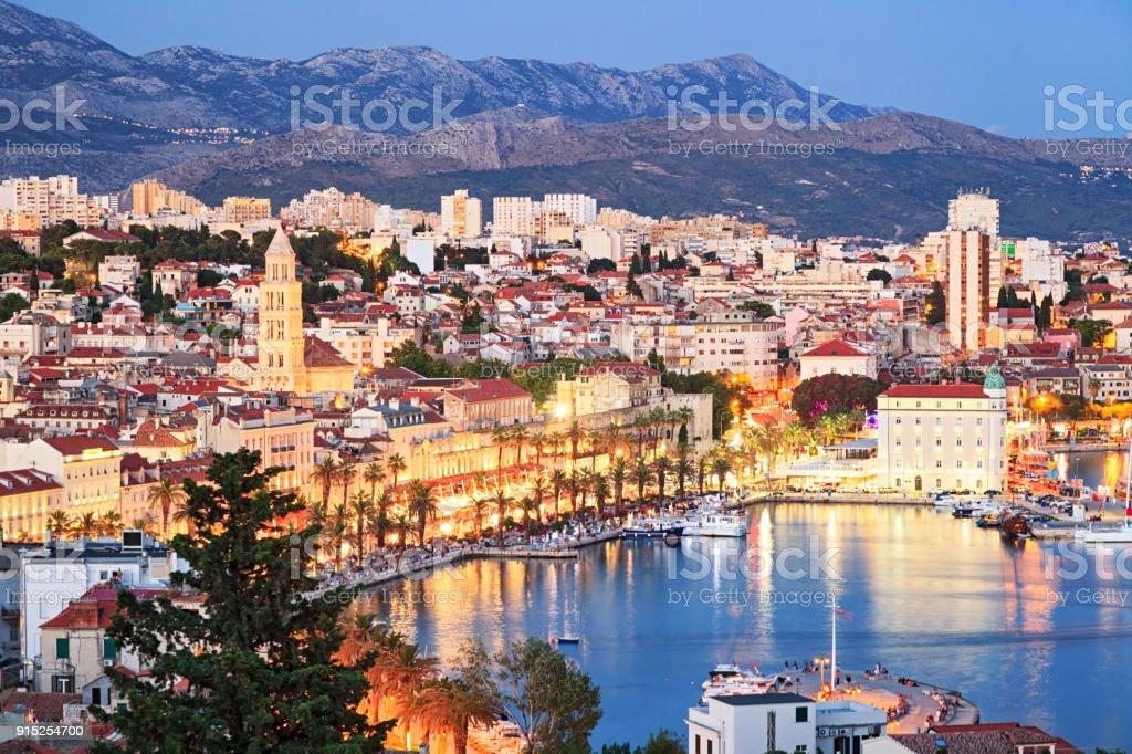 Nachtansicht der alten Stadt Split, Kroatien – Foto