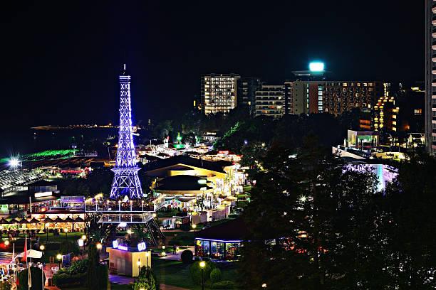 Vista nocturna de las luces de la ciudad de del complejo - foto de stock