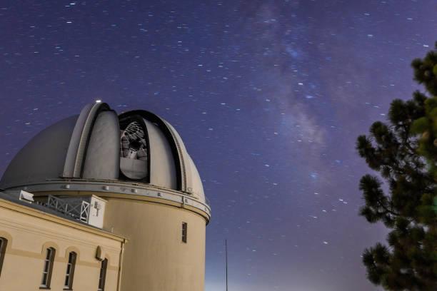 歴史的なリック天文台の夜景 - 観測所 ストックフォトと画像