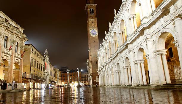 blick bei nacht von der herrlichen piazza dei signori in vicenza - vicenza stock-fotos und bilder
