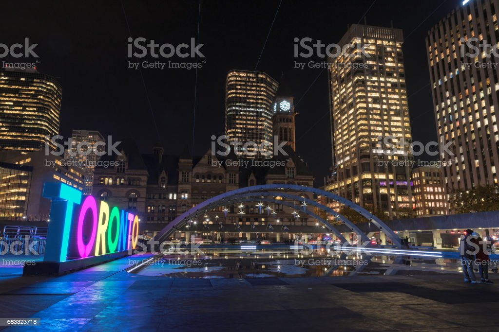 Night view of Toronto Sign on Nathan Phillips Square at night, in Toronto, Canada. royalty free stockfoto